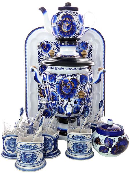 Самовар электрический 3 литра с художественной росписью Гжель с подстаканниками, арт. 130499Набор с термостойкой художественной росписью: тульский латунный самовар, поднос, заварочный чайник, сахарница и 6 керамических подстаканников с хрустальными стаканами и ложками.<br>