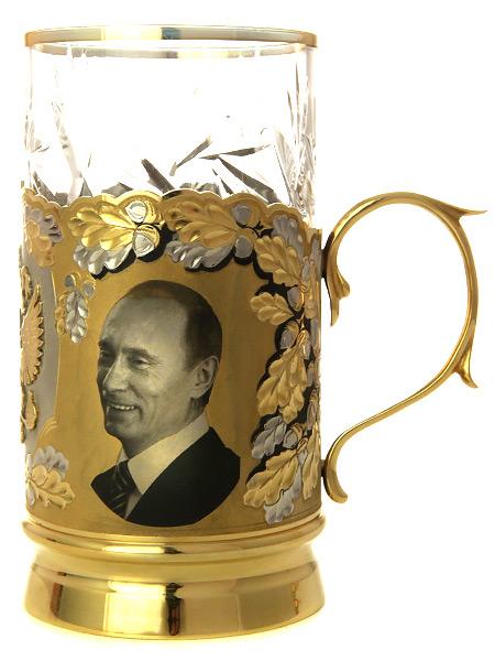 Чайный подстаканник Путин и Медведев в комплекте с ложкой и стаканом, позолоченный в подарочной коробке, ЗлатоустЧайный набор позолоченный. &#13;<br>Состоит из подстаканника, ложки, хрустального стакана.&#13;<br>Упакован в подарочную коробку.&#13;<br>Ручная работа.<br>