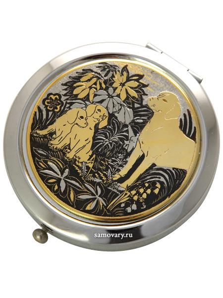 Позолоченное зеркало с гравюрой Щенки в подарочной коробке ЗлатоустЗеркало подарочно-сувенирное позолоченное.<br>Упаковано в стильную дизайнерскую коробку.<br>Ручная работа.<br>