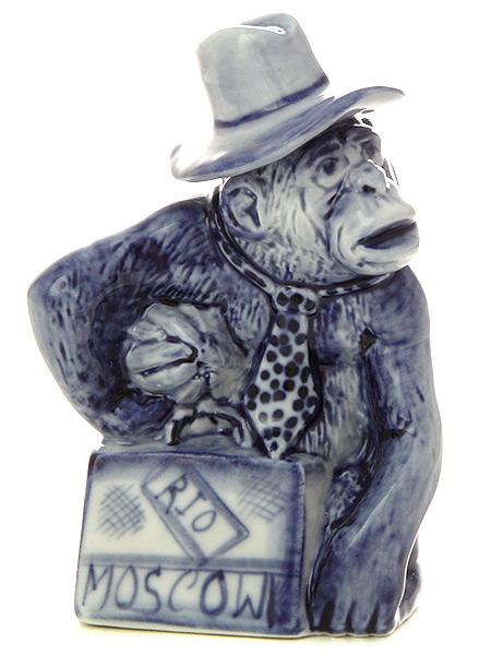 Скульптура Обезьянка в шляпе с чемоданом ГжельСкульптура керамическая с художественной росписью.&#13;<br>Символ наступающего 2016 года.<br>