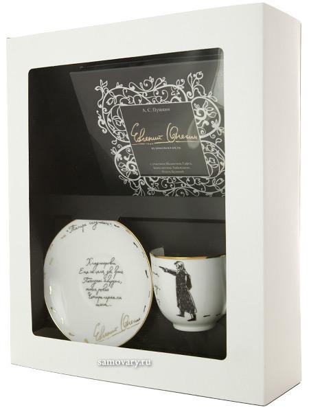 Подарочный набор: кофейная чашка с блюдцем, форма Ландыш, рисунок Дуэль, Императорский фарфоровый завод (ЛФЗ)Фарфоровая кофейная чашка с блюдцем.&#13;<br>Объем чашки - 180 мл.&#13;<br>Диск с аудиоспектаклем Евгений Онегин в комплекте!&#13;<br>Набор упакован в подарочную коробку.<br>