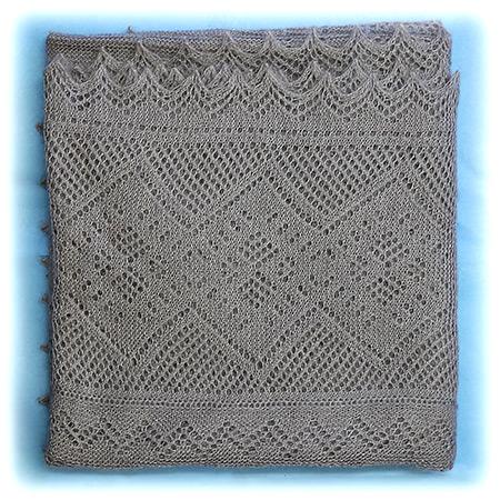 Оренбургский пуховый платок серый, арт. П1-130-03Платок пуховый, цвет - серый.<br>Размер - 130х130 см.<br>Состав: пух – 75%, шелк натуральный – 25%<br>