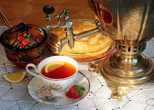Чаепитие из самовара с блинами на Масленицу